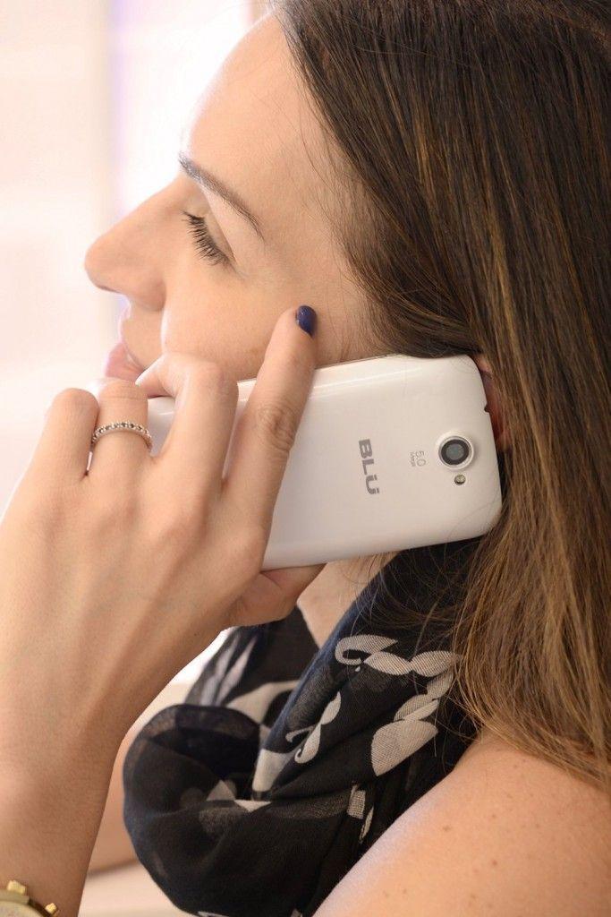 Persona con un BLU Advance 4.0 llamando